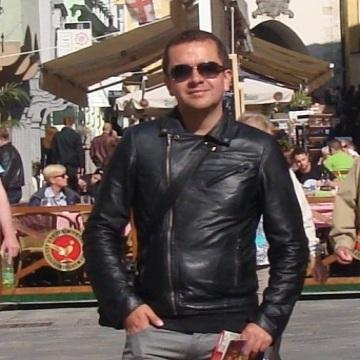 Leonardo, 35, Madrid, Spain