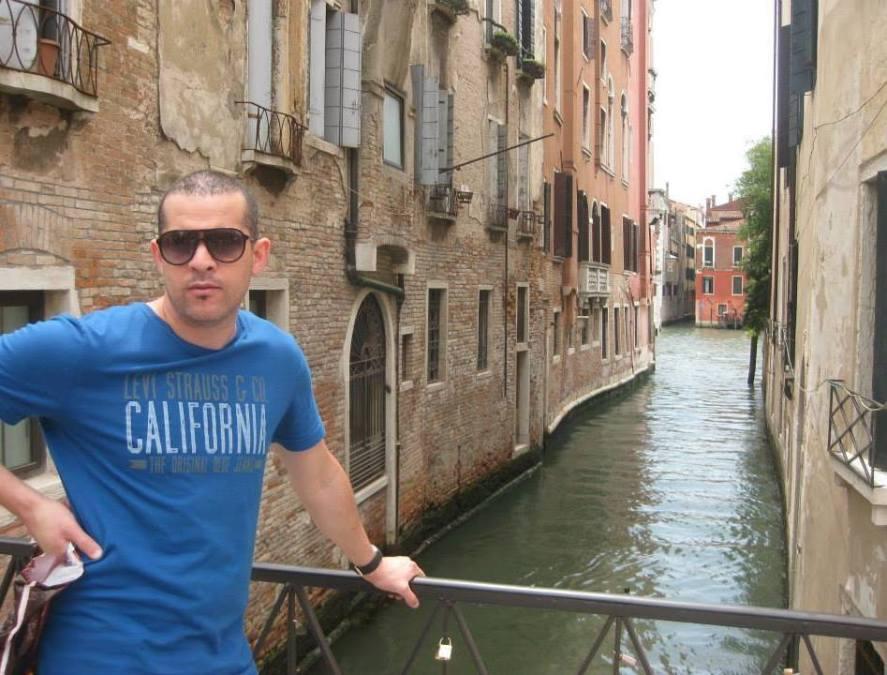 red, 43, Venice, Italy